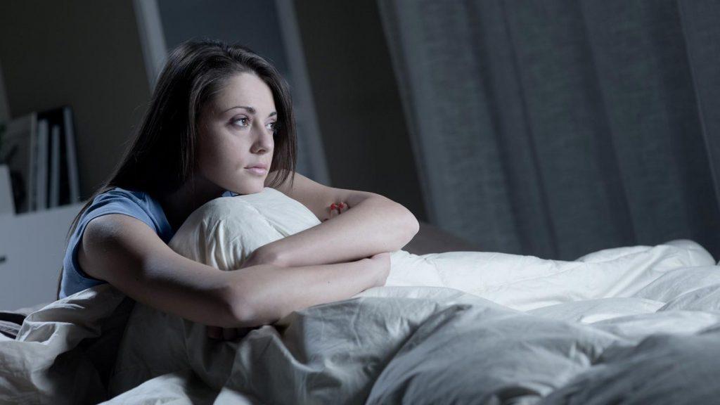 تست کراتینین خون و علائم بیماری کلیوی از جمله خستگی و اختلال خواب